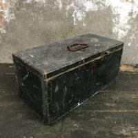 Zwart houten kistje